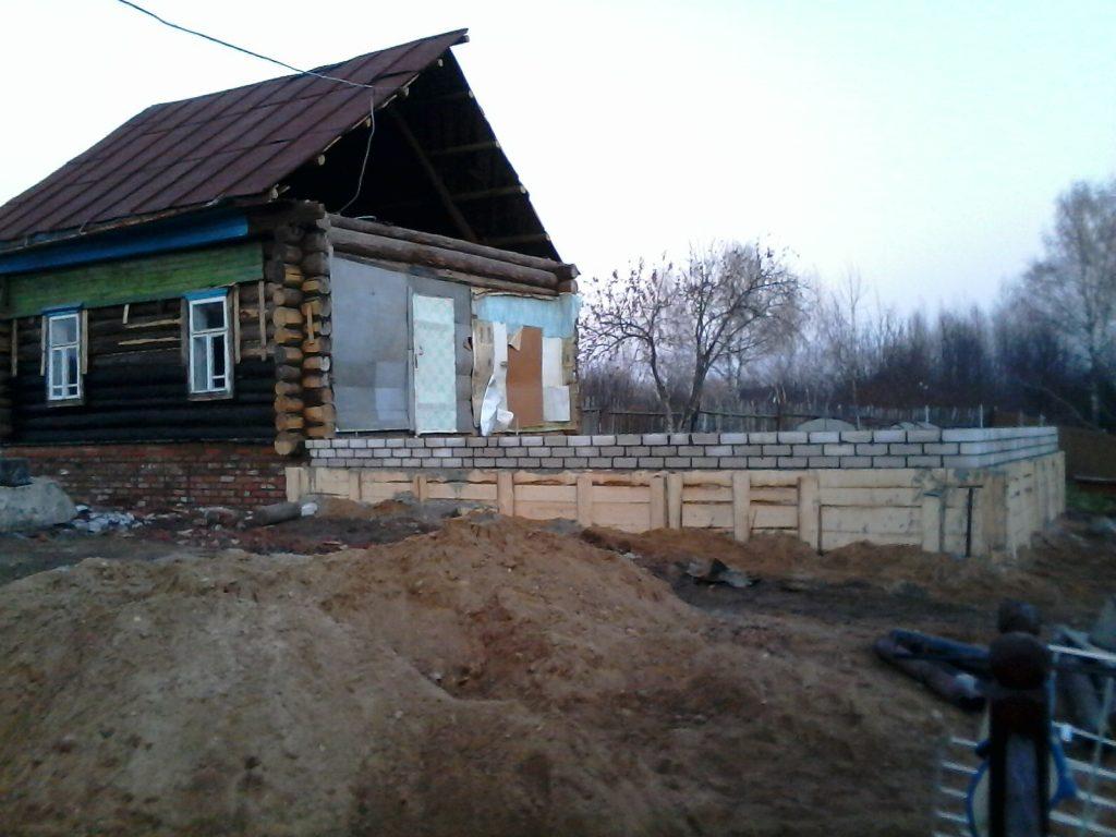 Подъем старых домов с кладкой нового фундамента