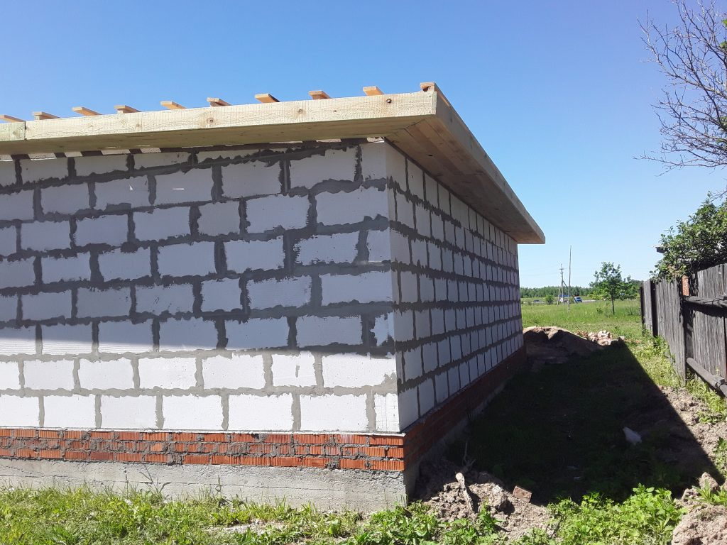 Строительство гаража из газосиликатных блоков и забора из профлиста.